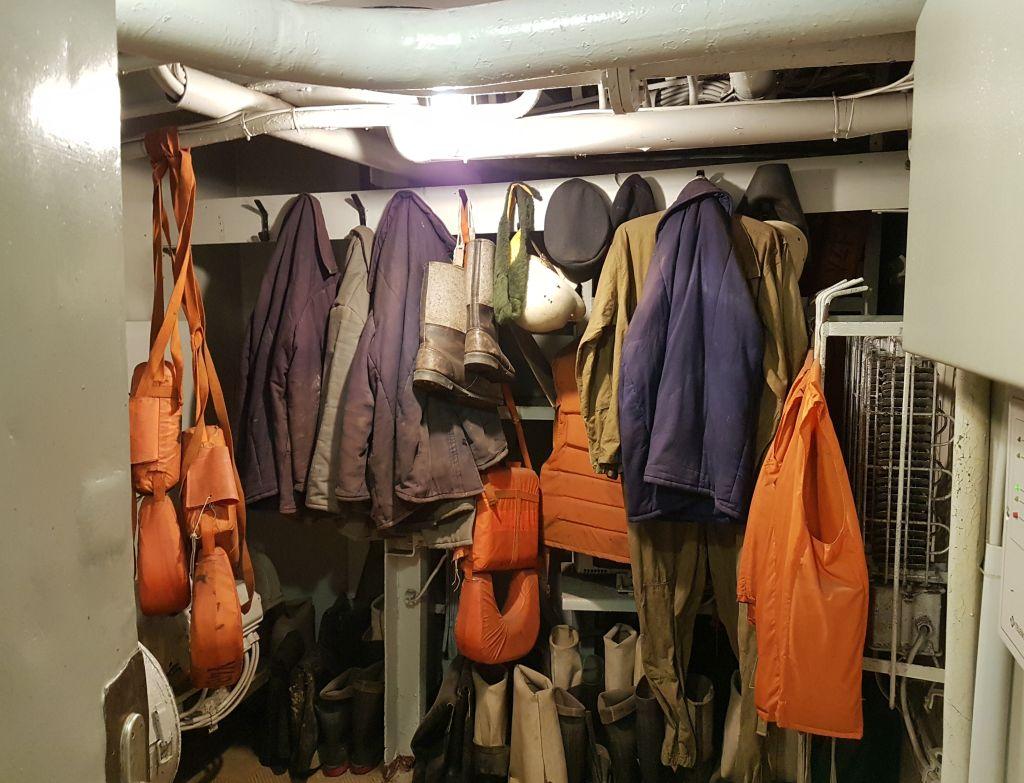 """Die ehemalige Mannschaft hat die Kleidung nach Außerdienst-Stellung an Bord der """"Gera"""" zurückgelassen (c) Tanja Albert"""