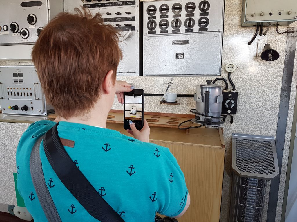 """Katja fotografiert die kardanisch aufgehängte Kaffeetasse an Bord der """"Gera"""" (c) Tanja Albert"""