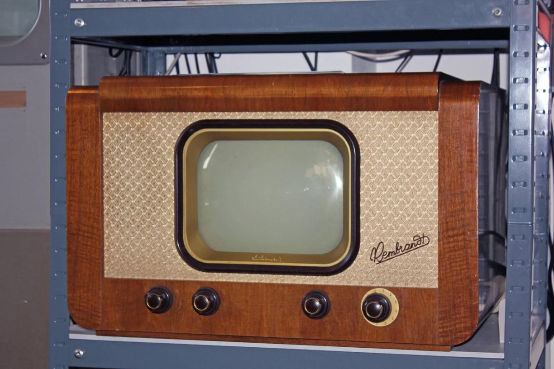 """Fernseher """"Rembrandt"""" aus der DDR von 1952 in einem Regal im Kinomuseum Vollbüttel"""