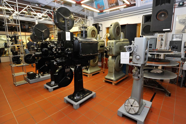 Halle mit Filmprojektoren im Kinomuseum Vollbüttel