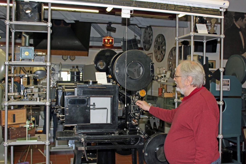Wolfgang vom Kinomuseum Vollbüttel vor einem alten Filmprojektor
