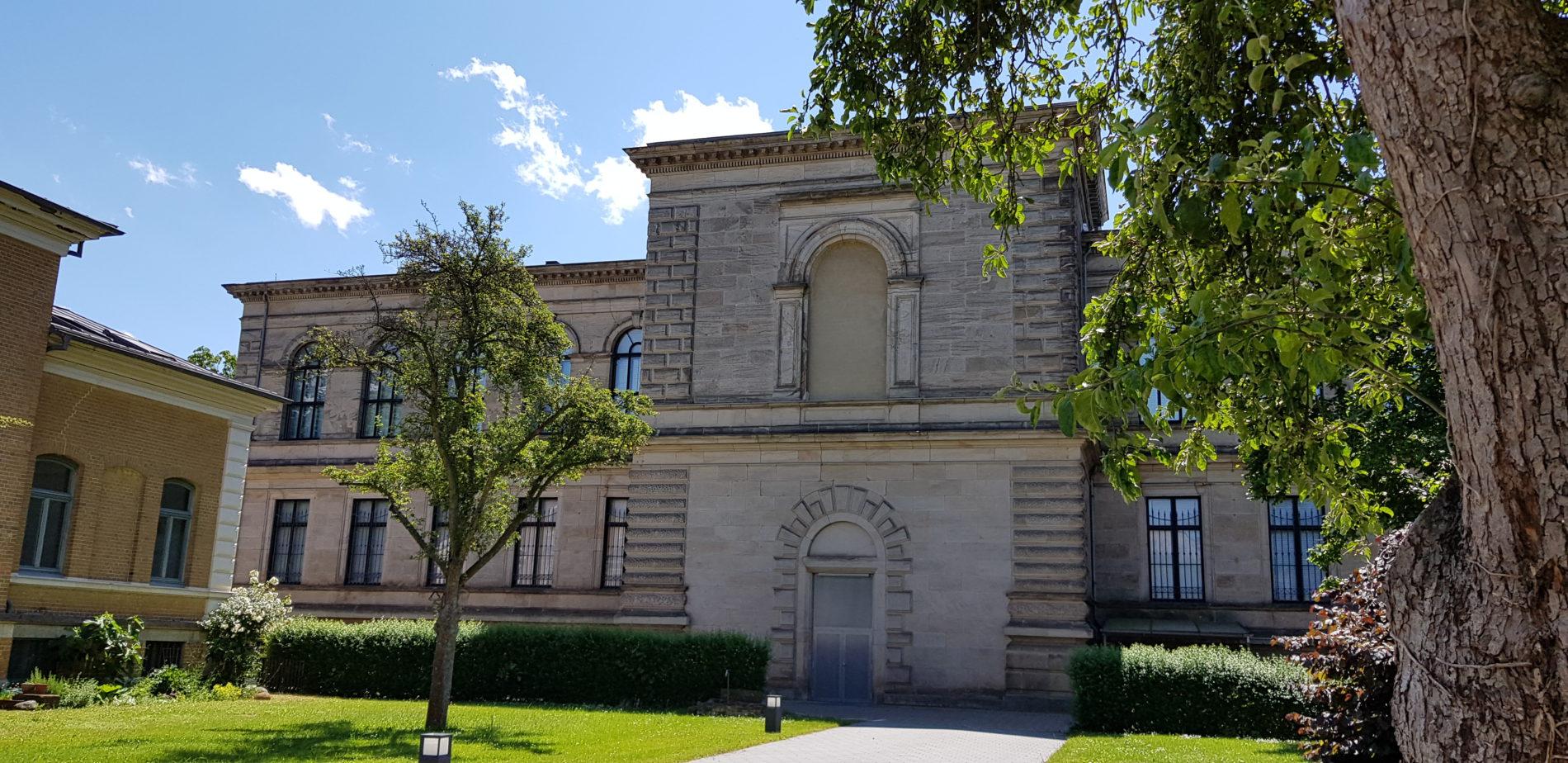 Rückseite der Herzog August Bibliothek, davor Rasen und Bäume