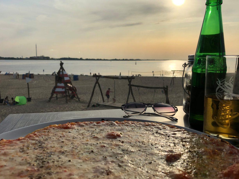 Sonnenuntergänge in Bremerhaven mit einer Pizza