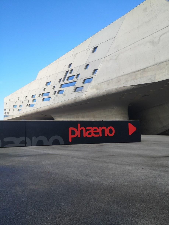 Phaeno Wolfsburg vor blauem Himmel