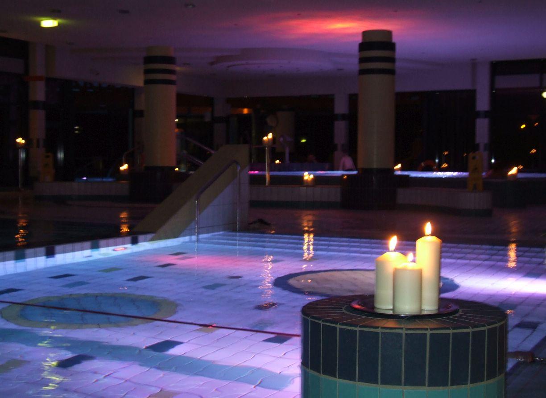 Wellnesszeit in Niedersachsen Kerzen vor dem Schwimmbecken im BAD 2 in Bremerhaven (c) Bädergesellschaft Bremerhaven mbH