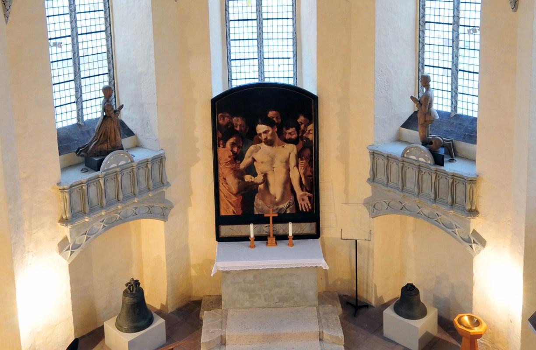 Altar der Gifhorner Schlosskapelle mit Altarbild und den Sarkophagen von Franz und Klara