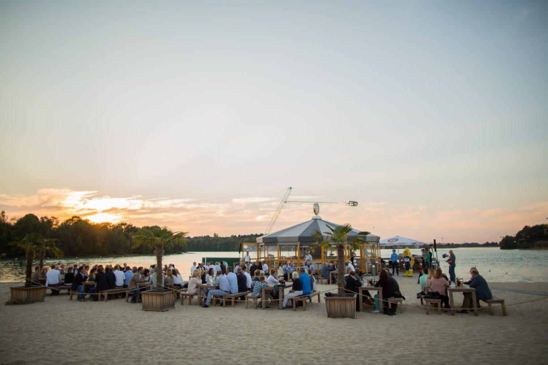 Beachclub Nethen bei Oldenburg in der Abenddämmerung.