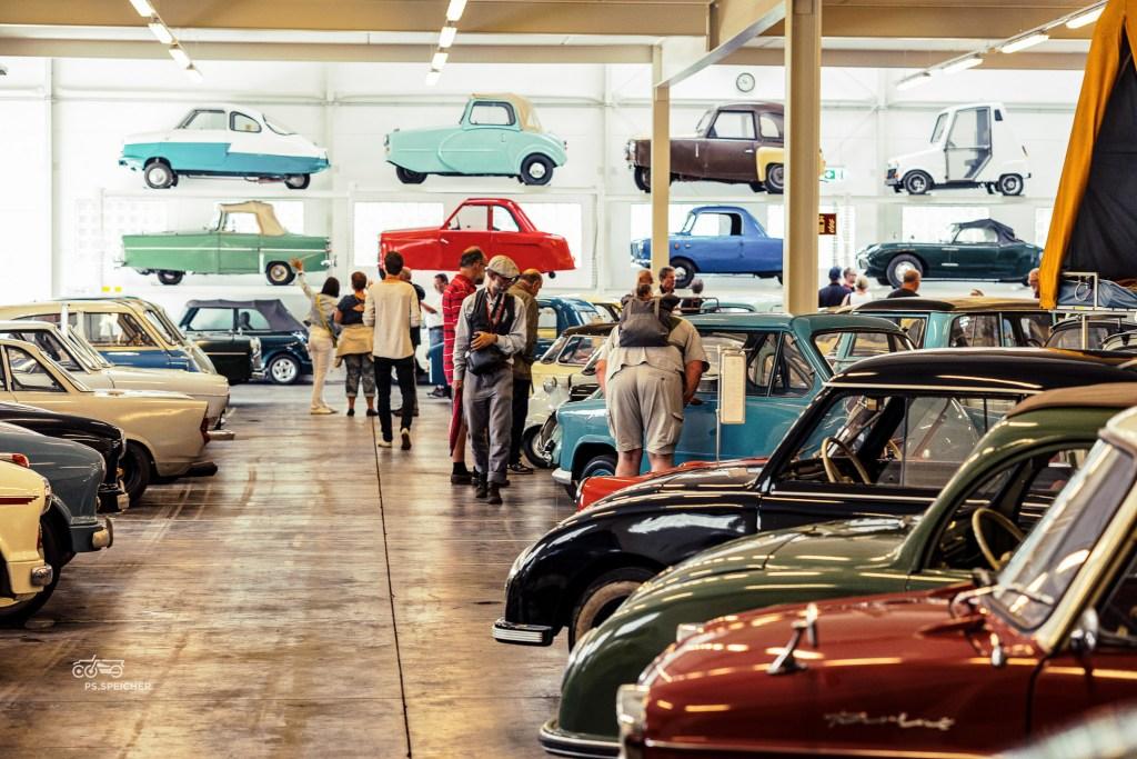 Begeisterte Besucher staunen im PS.Depot Kleinwagen Foto: Kulturstiftung Kornhaus