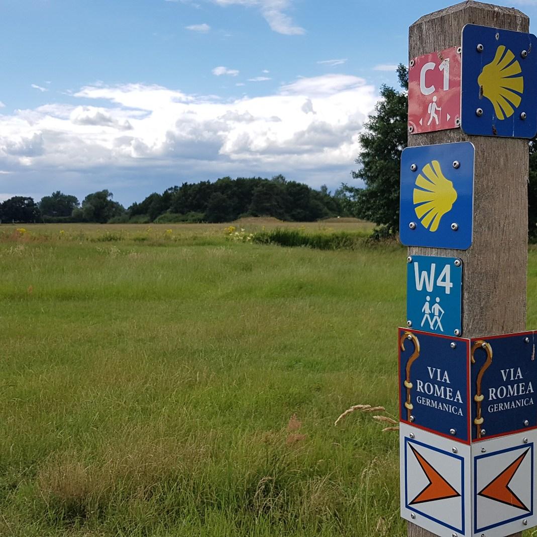 Ein Wegweiser zeigt die verschiedenen Wanderrouten an.