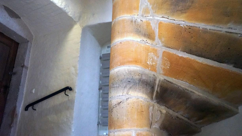 Gerissene Stellen an der Turmtreppe der Museumsburg Brome