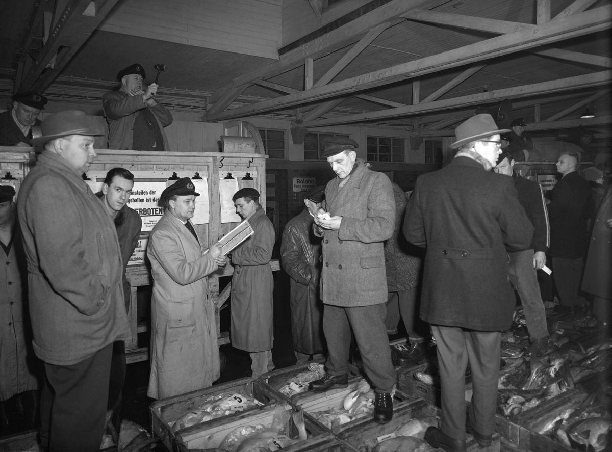 Ungewöhnliche Straßennamen und die Geschichten dahinter: Auktionator steht auf Fichkisten bei der Auktion (c) Erlebnis Archiv