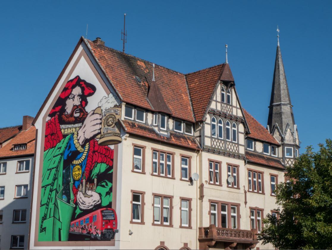 Der Reformator Martin Luther mit einem feinen Krug Einbecker Bier - verewigt als Street Art.