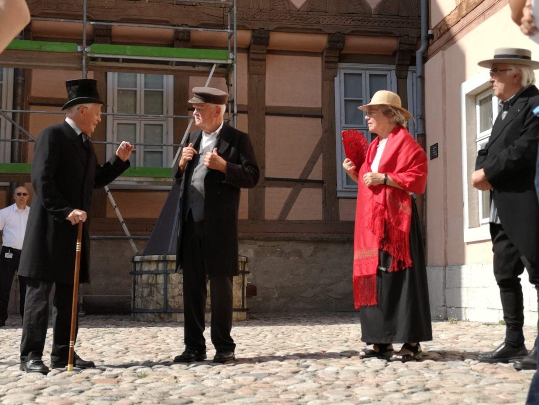 Straßentheaterszene in Fallersleben