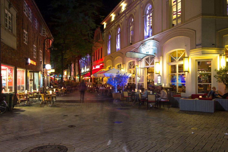 Die Wallstraße in Oldenburg bei Nacht.