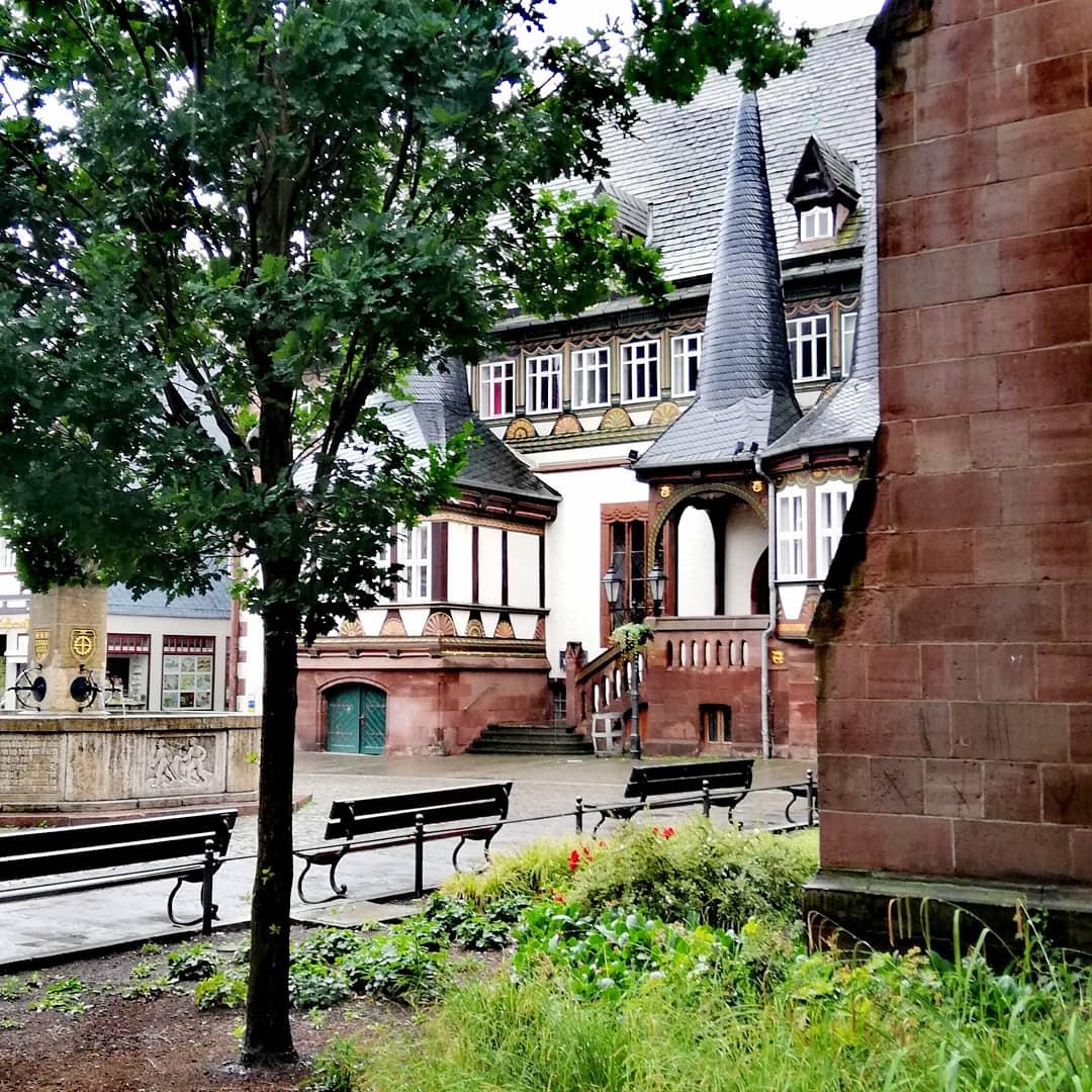 Aufnahme vom Alten Rathaus am Einbecker Martplatz bei regnerischem Wetter.