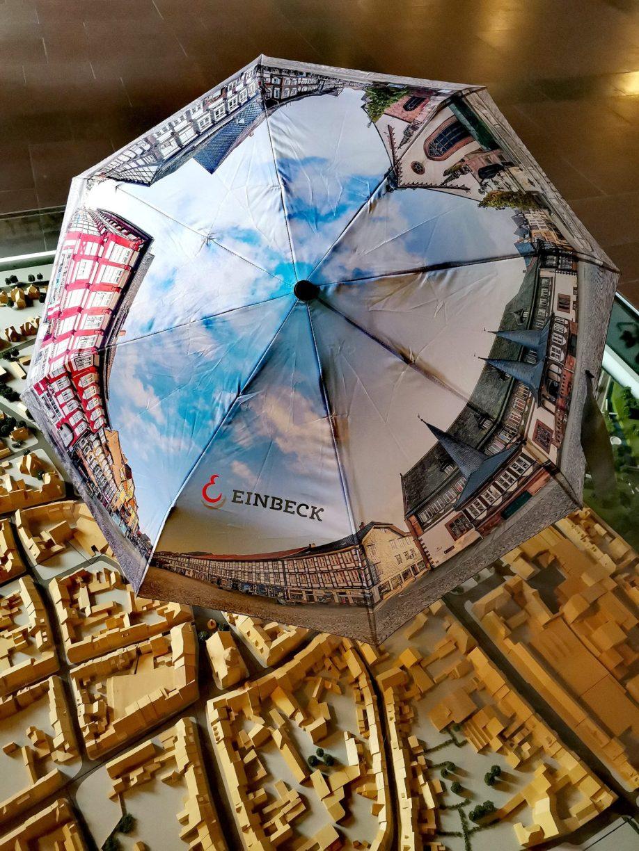 Souvenirs: Der Einbeck Regenschirm in voller Pracht.