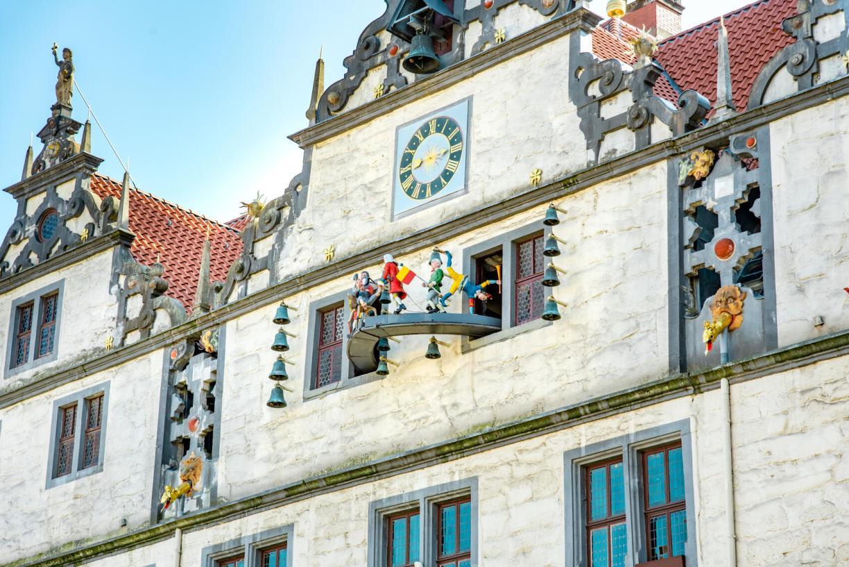 Weserrenaissance Rathaus Sehenswürdigkeit Hann Münden Glockenspiel mit Figurenumlauf des Doktor Eisenbart