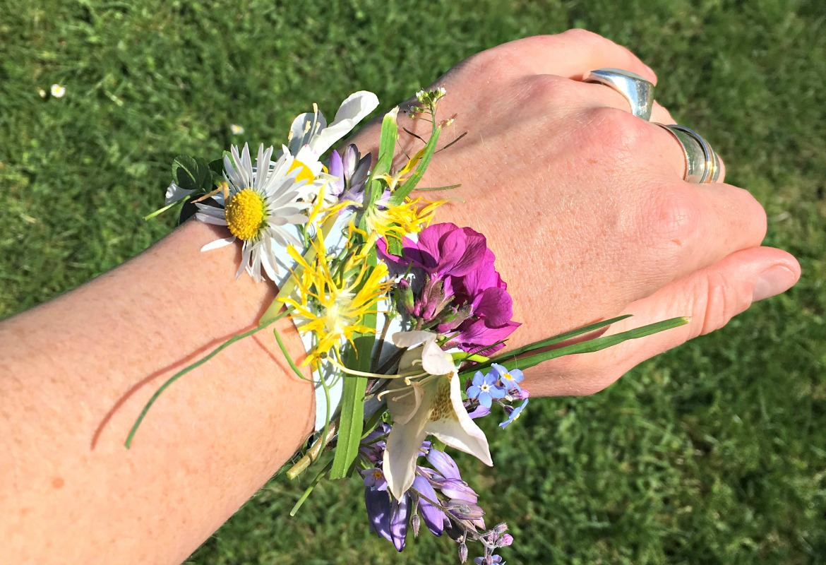 One of my favourite activities on a walk is making nature bands with the kids. It's the easiest activity to set up ever.