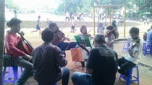 Komunitas Biola Tangerang sedang dalam latihan