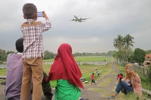 Ngabuburit Asik Nonton Pesawat di Pinggir Bandara Soetta
