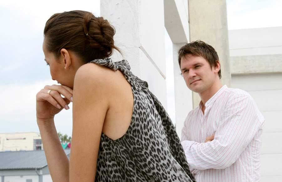 Άντρας που βγαίνει με κάποιον ακόμα κι αν παντρεύτηκε
