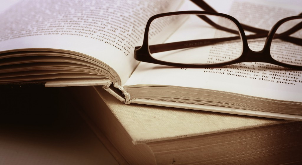 glasses-books-1024x560