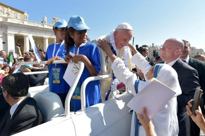 Pope Francis receives a garland from a nun of Mother Teresa's Missionaries of Charity during the audience for workers ad volunteers of Mercy at the Vatican, September 3, 2016.    Osservatore Romano/Handout via REUTERS ATTENTION EDITORS - THIS IMAGE WAS PROVIDED BY A THIRD PARTY. EDITORIAL USE ONLY. NO RESALES. NO ARCHIVE.