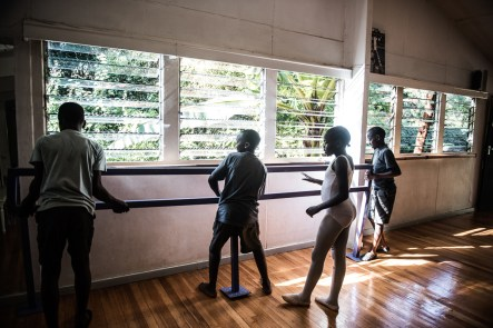 Some of the older students train one day a week in a upperclass ballet school in Karen, the routines here is the same as in Kibera, but the concrete floor and walls is replaced by wooden floors and a big bright room.