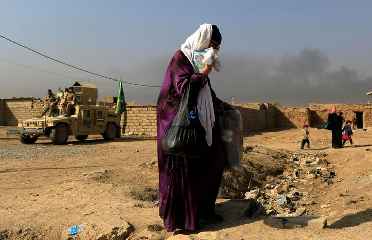 A woman fleeing the fighting between the Islamic State and Iraqi Security Forces in Intisar neighbourhood in eastern Mosul on November 7, 2016. © 2016 Reuters