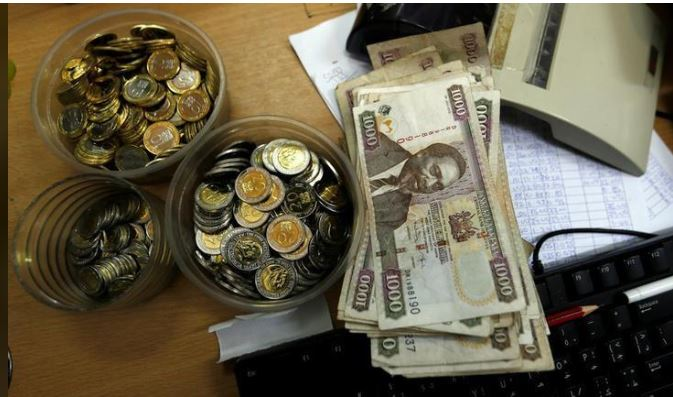 Kenya shilling coins and notes are pictured inside a cashier's booth at a forex exchange bureau in Kenya's capital Nairobi, April 20, 2016. REUTERS/Thomas Mukoya