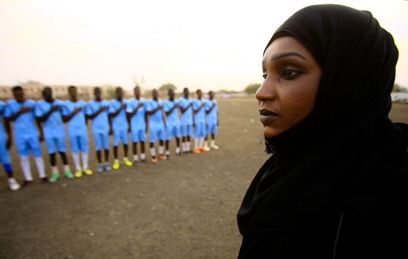 Salma al-Majidi, acknowledged by FIFA as the first Arab and Sudanese woman to coach a men's football team in the Arab world, coaches players of the Al-Ahly Al-Gadaref club during a training session in the town of Gedaref, east of Khartoum on February 17, 2018.  In Sudan where a women's national football team remains a distant dream, Salma al-Majidi knew the only way to take part in her beloved sport was to coach... and that had to be men. / AFP PHOTO / ASHRAF SHAZLY