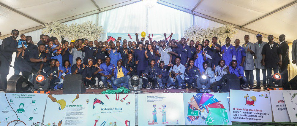 Osinbajo-with-N-Power-Build-beneficiaries-at-ANNAMCO-Enugu