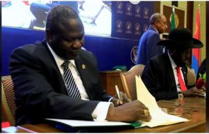 FILE PHOTO: South Sudanese rebel leader Riek Machar (L) and South Sudan's President Salva Kiir sign a cease fire and power sharing agreement in Khartoum, Sudan August 5, 2018. REUTERS/Mohamed Nureldin Abdallah/File Photo