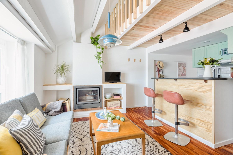 Salón con chimenea buhardilla para alquiler vacacional. Abracadabra Decor Home Staging