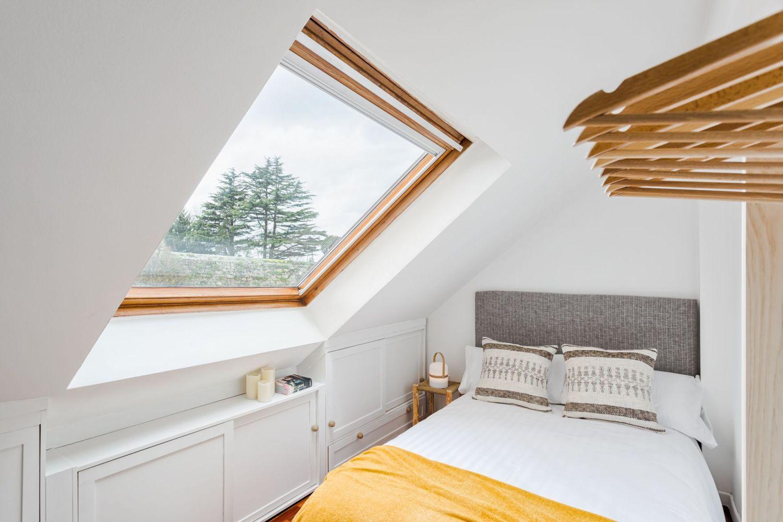 Habitación con vistas buhardilla para alquiler vacacional. Abracadabra Decor Home Staging