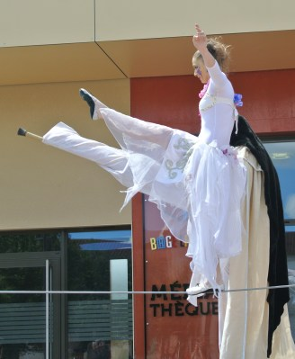 spectacle numéro fil de fer feerique animation fee loup fragon danse duo echasses echassier fildeferiste vaporeux magnifique amour poesie tight wire saut acrobatie macon lyon (5)