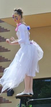 spectacle numéro fil de fer feerique animation fee loup fragon danse duo echasses echassier fildeferiste vaporeux magnifique amour poesie tight wire saut acrobatie macon lyon (7)