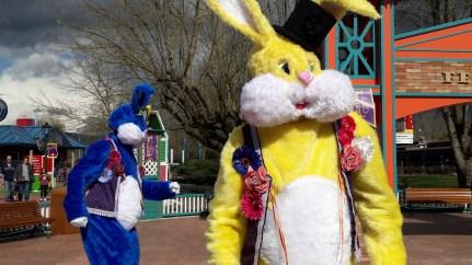 Lapinous' Foufous echassiers rebondissants loufoques parade animation evenementiel lapins fantaisie extravagance sautillants mascottes paques (27)