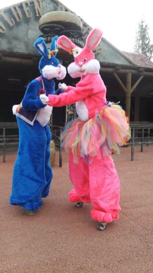 Lapinous' Foufous echassiers rebondissants loufoques parade animation evenementiel lapins fantaisie extravagance sautillants mascottes paques (30)