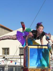 boite à merveilles spectacle rue cirque festival mat chinois fil de fer clowns jongleurs aerien girly kawai(157)