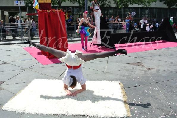 boite à merveilles spectacle rue cirque festival mat chinois fil de fer clowns jongleurs aerien girly kawai(208)