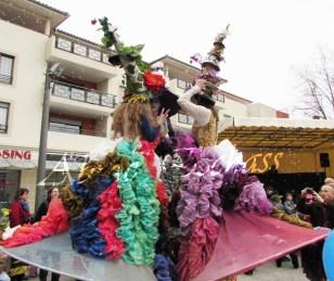 clowns en ciel echassiers colores oiseaux fleurs festifs parade animation carnaval evenementiel bulles de savon danse chapeau vertigineux froufro (89)