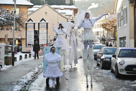dentelles d'echass echassiers lumineux feeriques blancs parade animation evenementiel noel carnaval soirees blanches juspes originales leds g (56)