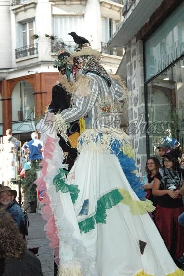 echass epouvantails echassiers venitiens paysans champetre campagne parade animation spectacle clowns danse (27)
