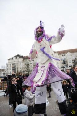 echass neige echassiers lumineux leds hiver fourrures colores parade noel marches noel animation char a neige musical magique feerique (3)