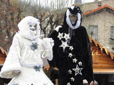 echass neige echassiers lumineux leds hiver fourrures colores parade noel marches noel animation char a neige musical magique feerique (64)