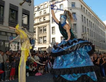 nuité jour echassieres dualite spectacle animation parade bleu et jaune danse crinoline (25)