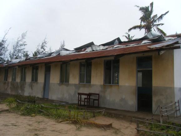 Das Dach eines Klassenzimmers wurde zerstört.