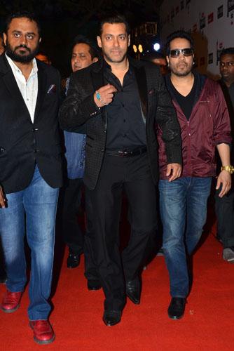 Salman Khan and Mika Singh graces the red carpet at the 60th Britannia Filmfare Awards