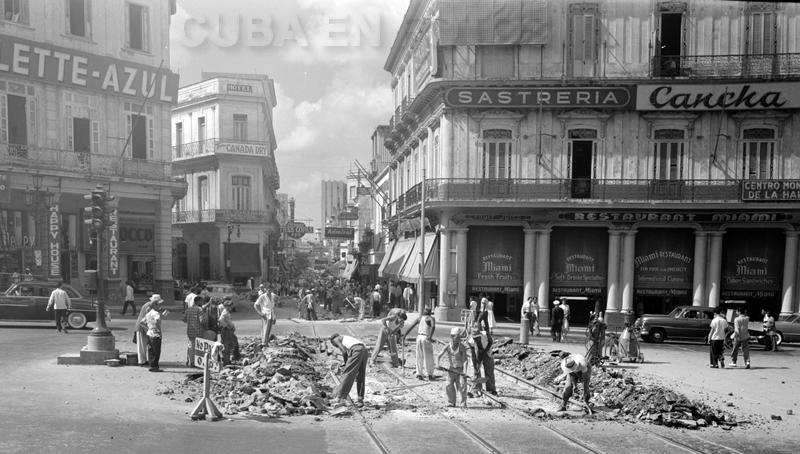 Esquina de Prado y Neptuno, cuando se quitaron los rieles del tranvía. La Habana de los 50.